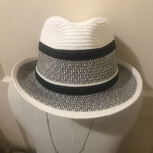 Accessories - Black and white Magíd Hat.